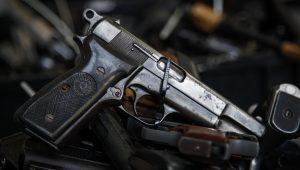 Troca de tiros entre criminosos e PM acaba com um morto e dois feridos na Grande SP