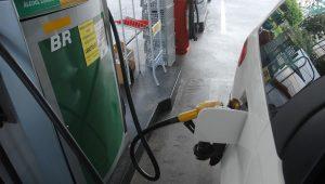 """Sindicato critica vai e vem no preço da gasolina: """"é uma irresponsabilidade do governo"""""""