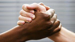 Pessoas de pele preta ou parda ganham a metade do que ganham brancos, diz IBGE