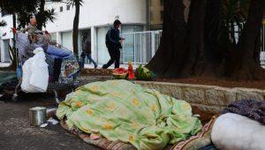 """Como podemos ter """"Cidade Linda"""" com moradores de rua passando frio em filas de abrigos?"""
