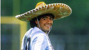 """Maradona desbanca Messi e Pelé e é eleito o """"maior jogador da história"""" por revista inglesa"""