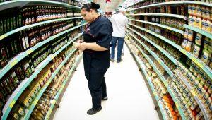 Intenção do consumo das famílias fica estável em agosto ante julho, diz CNC