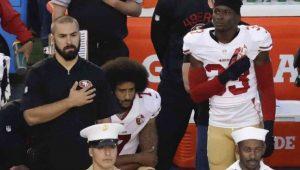 Jogador que iniciou protestos na NFL aciona a Justiça e acusa donos de times de conluio