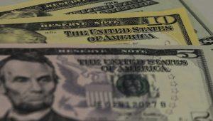 Dólar sobe com demanda de importador em meio a dados dos EUA