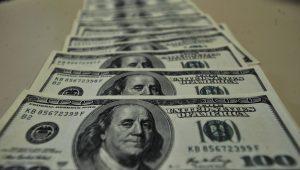 Taxas futuras de juros recuam com dólar