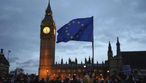 Postura britânica em torno do Brexit muda por conta da fragilidade política interna