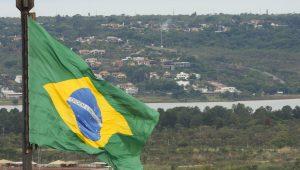 Enquanto o mundo caminha para a frente, aqui no Brasil andamos para trás