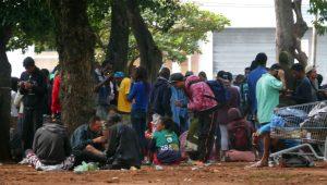 Guardas-civis metropolitanos tentam barrar distribuição de sopa na Cracolândia