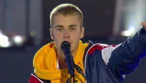 """Sem saber cantar """"Despacito"""" em show, Justin Bieber é quase atingido por objeto"""
