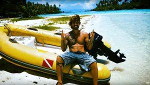 Brasileiro larga tudo e curte aventura em veleiro rumo às Ilhas Cook