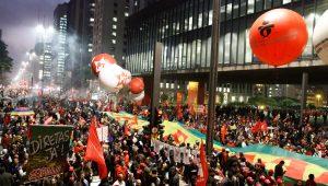 Manifestantes fazem ato na Avenida Paulista em apoio a Lula