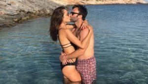 Alessandra Ambrosio dá beijão no marido, mas outro detalhe chama atenção