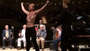Manifestantes seminuas invadem show de Woody Allen