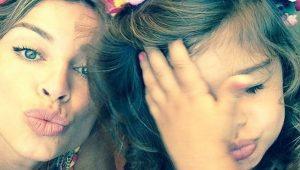 Grazi Massafera manda beijinho para câmera com Sofia