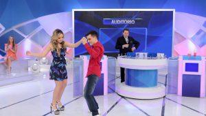 Após polêmica com Maisa, Dudu Camargo dança com Larissa Manoela no SBT