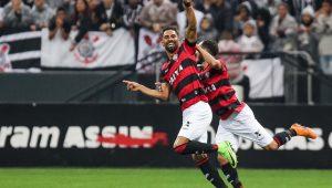 Vitória surpreende, bate o Corinthians e põe fim a invencibilidade do líder do Brasileirão