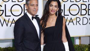 George e Amal Clooney distribuem protetores de ouvidos em voo com os gêmeos