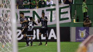 """Aos gritos de """"é campeão"""", Corinthians vence a Chapecoense e dispara na liderança"""