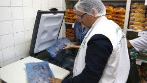 Fiscalização encontra alimentos vencidos e até pombos em cozinhas de escolas em SP