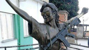 Suspeito de pendurar fuzil em estátua de Michael Jackson é preso no RJ