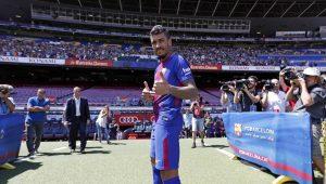 Paulinho é apresentado pelo Barcelona e se diz pronto para novo desafio