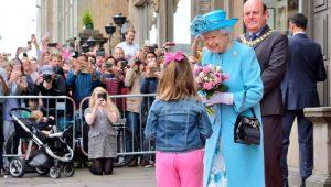 Elizabeth II não pretende ceder trono ao príncipe Charles, diz jornal