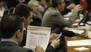 """Deputados vão esquecer """"showzinho"""" para votar reforma política a tempo"""