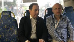 Doria vai de ônibus de casa à Prefeitura e reclama da falta de ar-condicionado