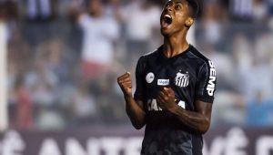 Atacante Bruno Henrique garantiu a vitória do Santos ante o Atlético-PR