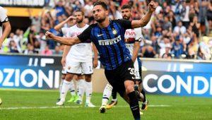 De braços abertos, D'Ambrosio comemora o gol pela Inter