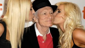 Hugh Hefner estampa capa da revista Playboy