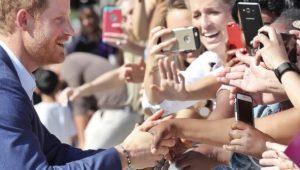 Príncipe Harry faz primeira aparição oficial com a namorada
