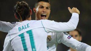 Cristiano Ronaldo e Bale, de costas, se abraçam para comemorar o gol do Real Madrid