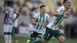 Egídio corre para comemorar o gol marcado no Maracanã