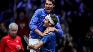 Roger Federer ergue Rafael Nadal após conquista de título em torneio amistoso