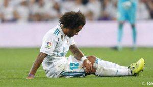 Marcelo, lateral do Real Madrid, sentado no gramado e cabisbaixo