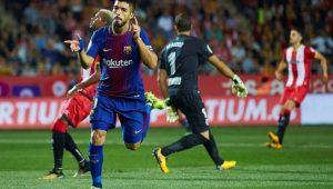 Com ajuda de dois gols contra, Barcelona vence e mantém vantagem no Espanhol