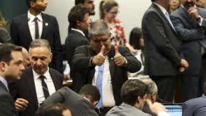 Análise: 32 deputados repetem votos em duas denúncias contra Temer