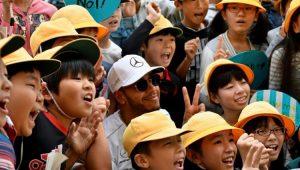 Lewis Hamilton é tietado pelas crianças no circuito de Suzuka