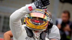 Lewis Hamilton agradece ao público após cravar a 10ª pole da temporada no GP do Japão