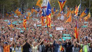 Milhares de pessoas tomam as ruas de Barcelona contra intervenção da Espanha