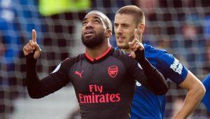 Arsenal vence primeira fora de casa, goleia o Everton e afunda o rival na crise