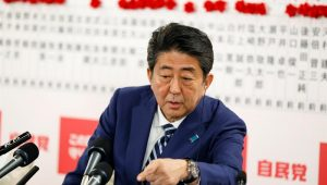 Abe vence eleição e pode ter apoio para mudar Constituição pacifista do Japão