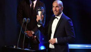 Zidane recebe prêmio de melhor técnico da temporada