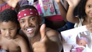 Nego do Borel doa imensidão de brinquedos a crianças da sua comunidade