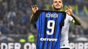 Icardi exibe camisa aos torcedores após gol em clássico