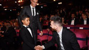 """Jornal inglês brinca com foto de filho de CR7 e Messi: """"meu pai é melhor que você"""""""