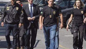 Carlos Arthur Nuzman caminha ao lado de agentes da Polícia Federal