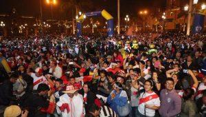 Torcedores do Peru acompanham partida da seleção em Lima
