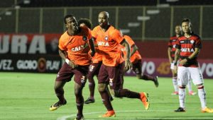 Com virada, Atlético-PR supera Vitória no Barradão e se afasta da zona da degola